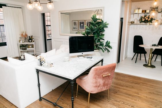 تزیین پشت مبل به عنوان میز کار